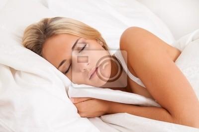 Frau beim Schlafen im Bett. Erholung und Träumen.