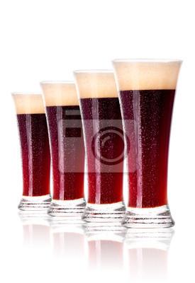 Frosty szklanka ciemnego piwa samodzielnie