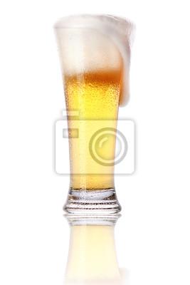 Frosty szkło z lekkiego piwa z pianką wyizolowanych