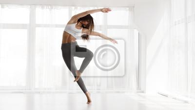 Obraz Girl Training Contemp In Modern Dance Studio. Copy Space