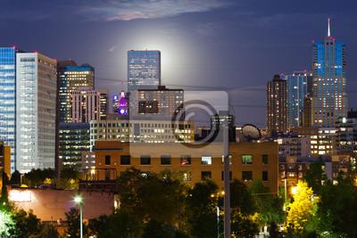 Glowing Księżyc wschodzi Behind The Denver Skyline