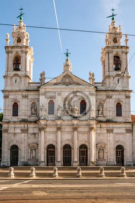 Główna fasada Bazyliki Estrela w słoneczny dzień w Lizbonie, stolicy Portugalii