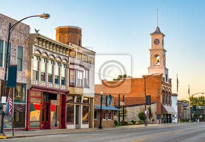 Obraz Główna ulica urokliwej, klasycznej małej miejscowości w północno-zachodniej Ameryce z sklepami i wieżą zegarową
