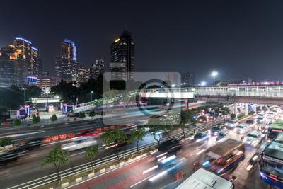 Godziny szczytu wykonane z rozmytym ruchem w sercu dzielnicy biznesowej Dżakarty na autostradzie Subotot w Gatście w stolicy Indonezji w nocy