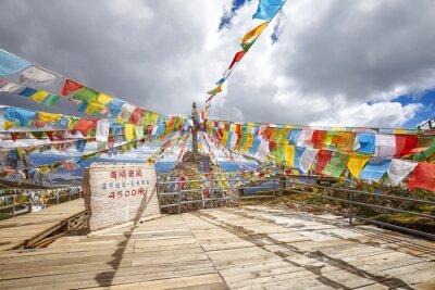 Góra Shika Snow Mountain Scenic Area (4500 metrów nad poziomem morza) z buddyjskimi flagami modlitewnymi, Chiny