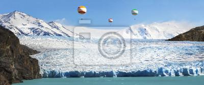 Gorące powietrze balony nad pięknym lodowcu.