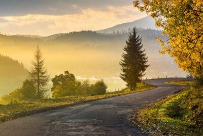 Obraz górska droga do wioski w górach