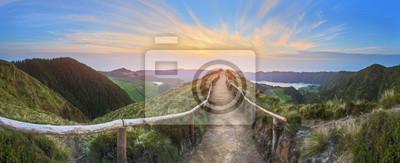 Obraz Górski krajobraz z szlaku i widokiem pięknych jezior, Ponta Delgada, São Miguel, Azory, Portugalia