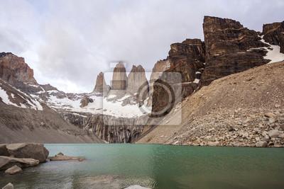 Góry i jeziora w pochmurny dzień w Chile.