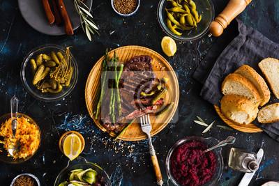 Obraz Grill Stek wołowy z marynowanymi warzywami, ogórki, kapusta, beeroot, marynowane papryki. Przyjęcie.