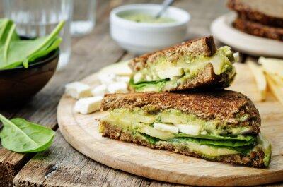 Obraz grillowane kanapki z serem żytnie, szpinak, awokado i pesto,