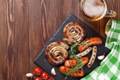 Obraz Grillowane kiełbaski i piwo kubek