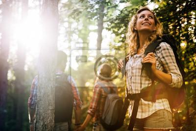 Obraz Grupa ludzi, turystyka w lesie