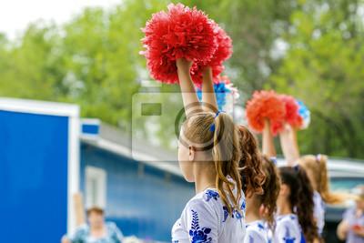 Obraz Grupa młodych dziewcząt cheerleaderka z czerwonymi pomponami