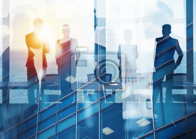 Obraz Grupa partnerów biznesowych szuka przyszłości. Pojęcie firmy i startupu