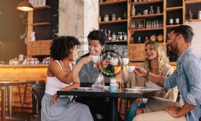 Obraz Grupa przyjaciół w kawiarni posiadające kawy razem