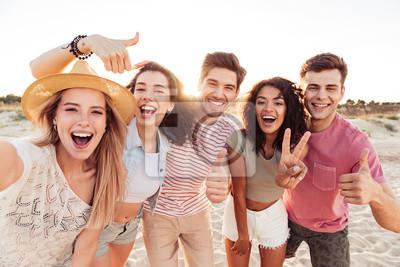 Obraz Grupa szczęśliwi młodzi przyjaciele w lecie odziewa