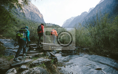 Obraz Grupa wędrowców przez most