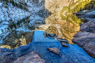 Hallett Peak Reflections i Emerald Lake Shoreline