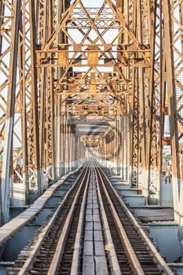Obraz Hanoi, Wietnam - kwiecień 2017: Most Long Bien (wietnamski: Cau Long Bien) to historyczny mostek łączący rzekę Czerwoną łączącą dwie dzielnice Hanoi, Wietnam.