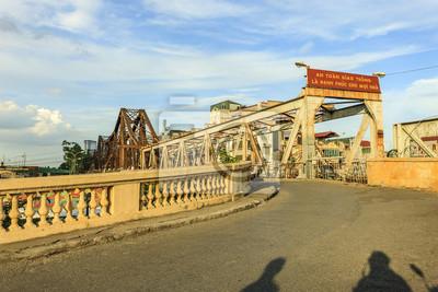 Hanoi, Wietnam - kwiecień 2017: Most Long Bien (wietnamski: Cau Long Bien) to historyczny mostek łączący rzekę Czerwoną łączącą dwie dzielnice Hanoi, Wietnam.