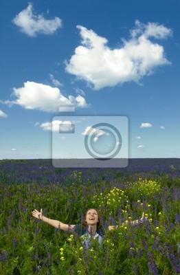 happy girl w dziedzinie kwitnienia