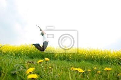Happy młoda kobieta skoków