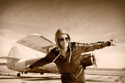 Obraz Happy młoda kobieta z podniesionymi rękami pływające na airporte ,