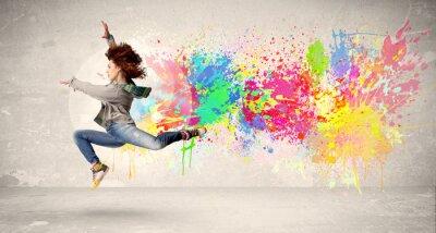 Obraz Happy nastolatek skoków z kolorowym atramentem splatter na miejskim backg
