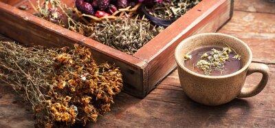 Obraz herbata parzona z rumianku w kubki ceramiczne