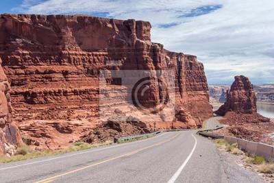 Highway malejąco Lake Powell i Colorado River w Glen Canyon National Recreation Area