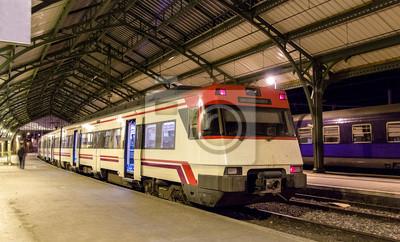 Hiszpański podmiejski pociąg elektryczny na francuskiej stacji granicznej Cerbere