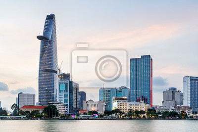 Ho Chi Minh City skyline i Saigon River o zachodzie słońca