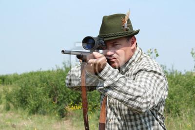 hunter z karabinem gotowym do strzału