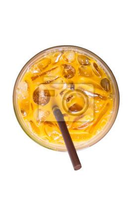 Ice herbaty mleka, słynny drink w Tajlandii, samodzielnie na białym tle