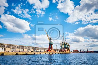 Infrastruktura portowa widziana z wody.