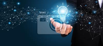 Obraz Innowacyjny pomysł w ręce businesswoman. Koncepcja innowacyjnego pomysłu