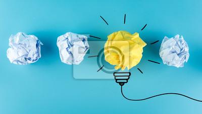 Obraz Inspiraci pojęcia zmięta papierowa żarówki metafora na dobre pomysł, Nowego pomysłu pojęcie. Zmięte Papierowe piłki na błękitnym tle.