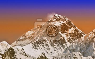 Intensywny kolor słońca filtruje obraz Everest, Nepal.