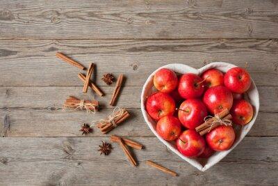 Obraz Jabłka i cynamon na stole