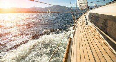 Obraz Jacht żaglowy w kierunku słońca. Żeglarstwo. Luksusowe jachty.