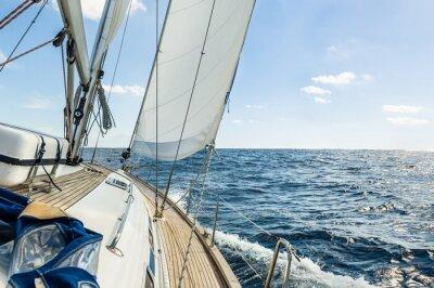 Obraz Jacht żaglowy w Oceanie Atlantyckim w słoneczny dzień rejsu
