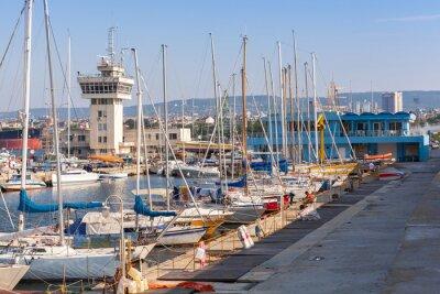 Obraz Jachty żaglowe i łodzie rekreacyjne stojące w porcie Warna