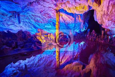 Jaskinia Reed Flute, jaskinia natural wapienia z wielokolorowym oświetleniem w Guilin, Guangxi, Chiny.