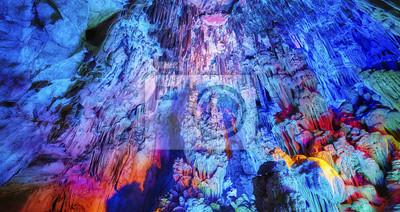 Jaskinia trzciny flet, naturalne streszczenie tło. Wapień jaskini z wielokolorowe oświetlenie w Guilin, Guangxi, Chiny.