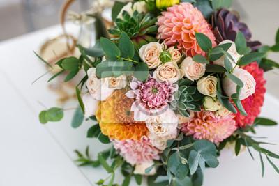 Obraz jasny bukiet ślubny z letnich dalii i róż