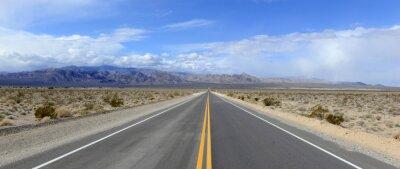 Obraz Jazda na otwartej drodze na pustyni w tle górskich
