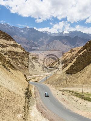 Jazdy samochodów w dolinie niedaleko Leh w Ladakh, Indie