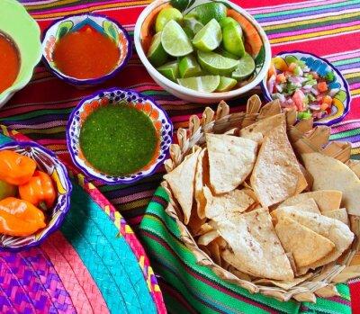 Obraz Jedzenie meksykańskie nachos różnorodne sosy chili cytryna