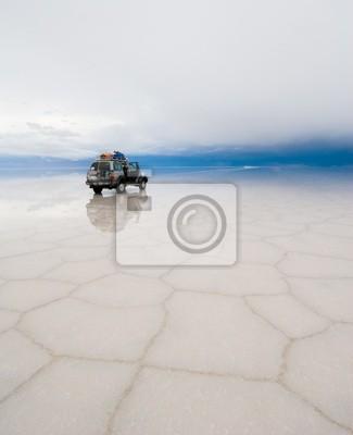 jeep w słone jezioro Salar de Uyuni w Boliwii